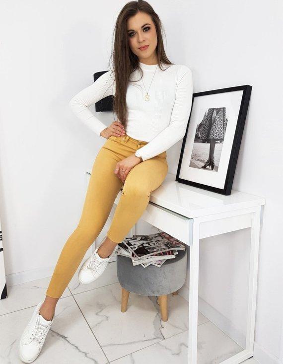 modna stylizacja - beżlowe spodnie i biała bluzka